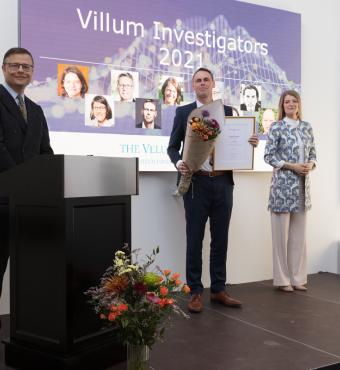 Kristian Sommer Thygesen modtager sit Villum Investigator diplom